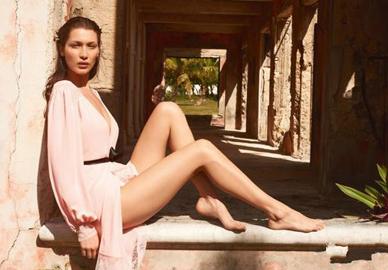 超模贝拉登封面 身穿浪漫白裙海滨度假