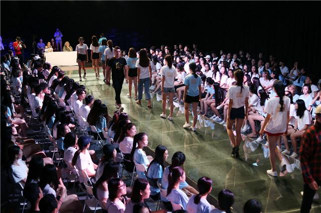 知名导演张纪中,模特课堂
